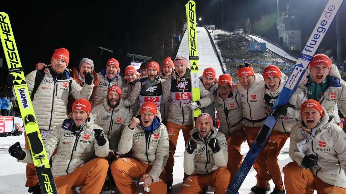 Vierschanzentournee: Das deutsche Team feiert mit dem Gesamtdritten Karl Geiger (Mitte) einen erfolgreichen Abschluss der Vierschanzentournee.