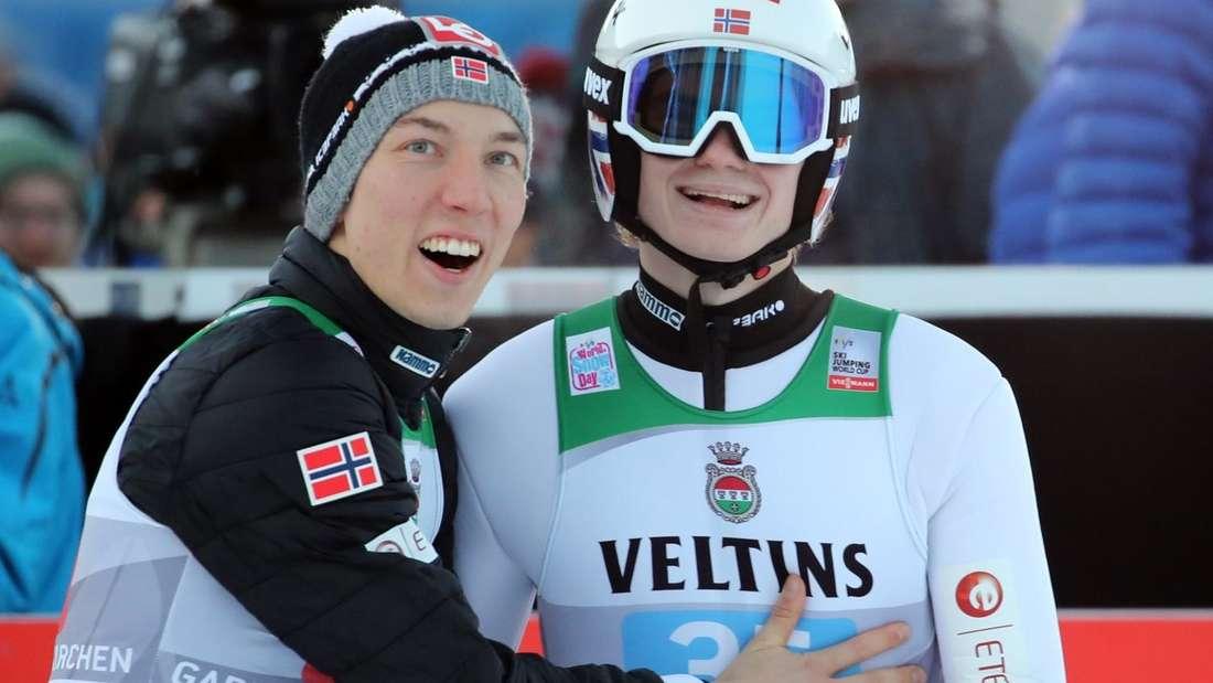 Springen in Garmisch: Marius Lindvik (Rechts) kann sein Glück kaum fassen und jubelt mit seinem Teamkollegen Johann Andre Forfang
