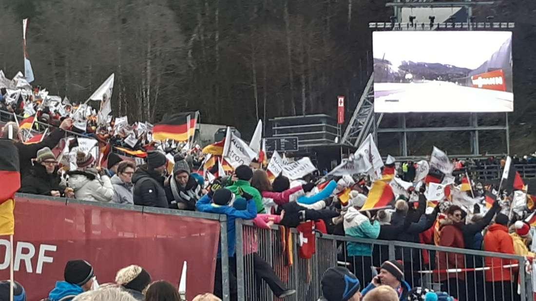 """Qualifikation in Oberstdorf: Ein lautes """"Ziiiiieeeehhh"""" hallt es hier über den Hang, wenn immer ein deutsche Springer in der Luft ist. Das Stadion ist bereits zur Qualifikation sehr gut gefüllt."""