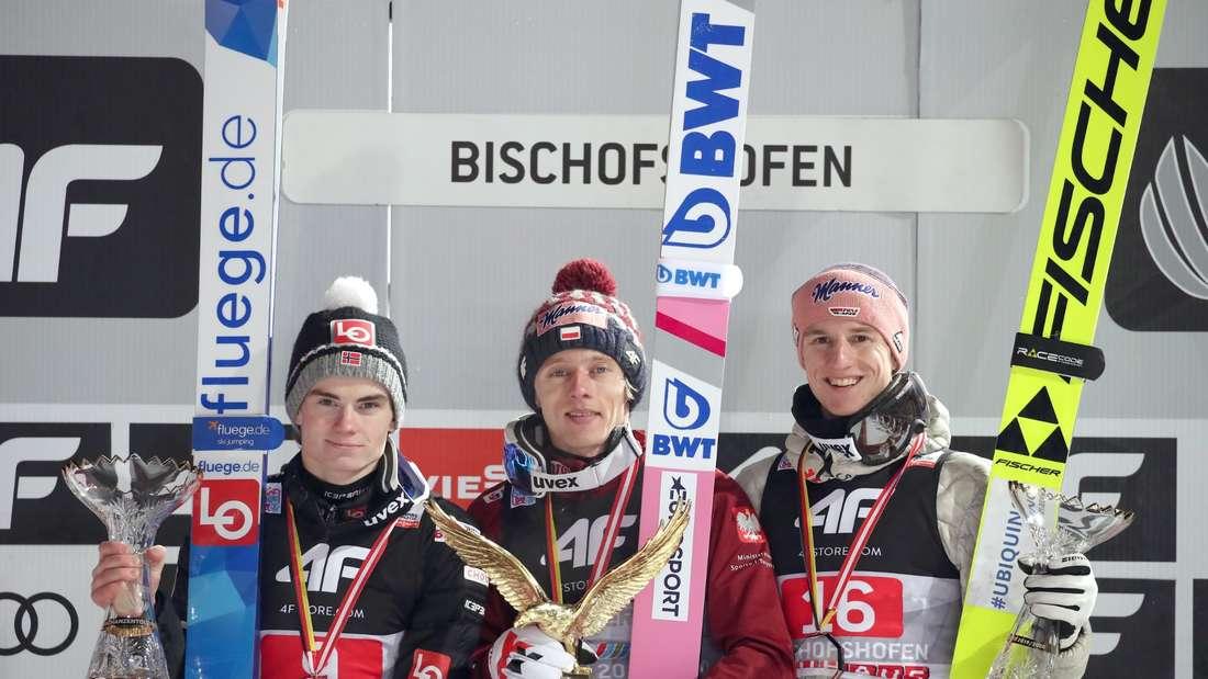 Vierschanzentournee: Dawid Kubacki (Mitte) gewinnt die 68. Vierschanzentournee vor Marius Lindvik (links) und Karl Geiger