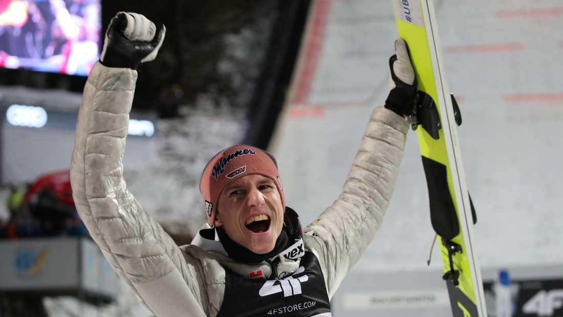 Springen in Bischofshofen: Karl Geiger ist nach seinem zweiten Platz in Bischofshofen und dem dritten in der Gesamtwertung überglücklich.