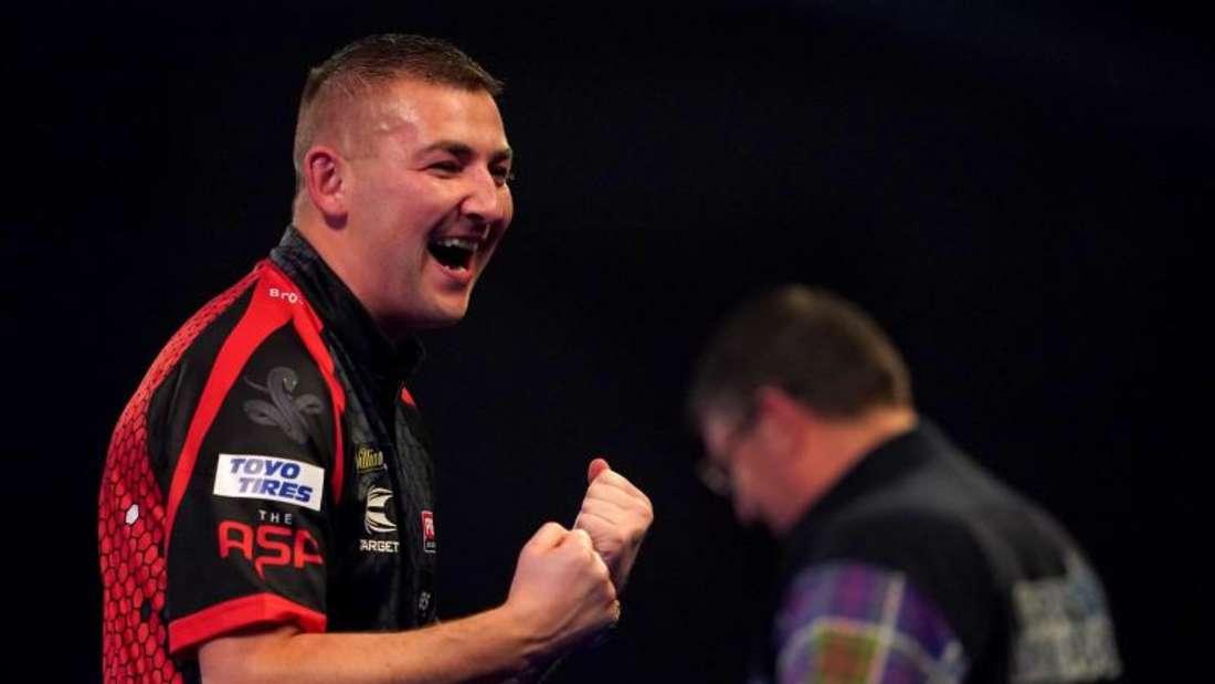 Nathan Aspinall beeindruckte bei der Darts-WM mit seinem Sieg gegen Gary Anderson. Foto: Tess Derry/PA Wire/dpa