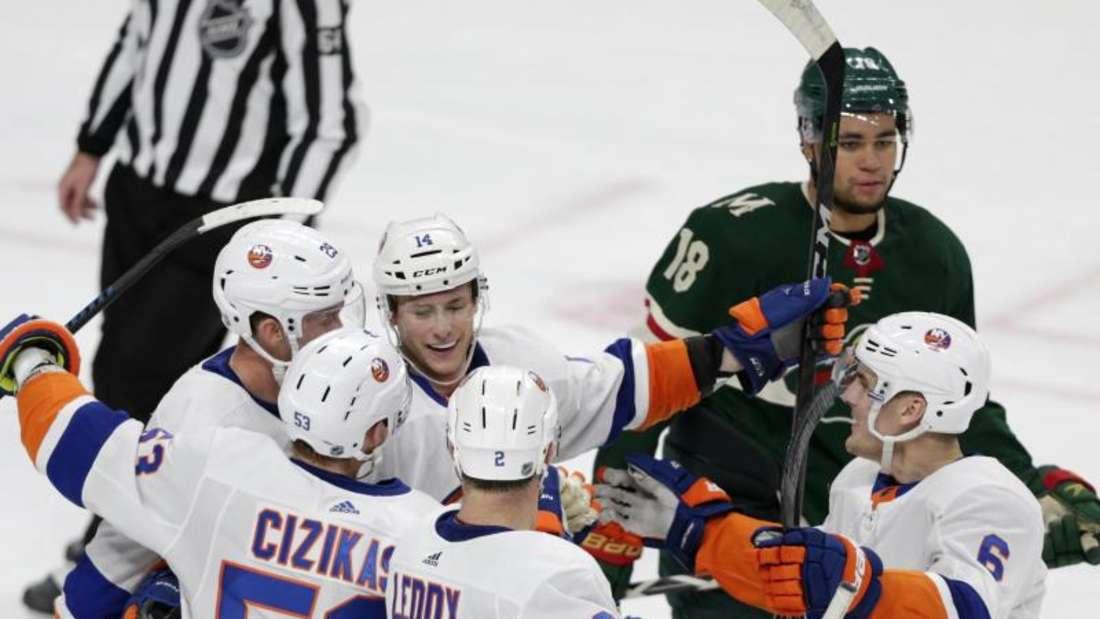 Tom Kühnhackl (Nr. 14) feierte mit den New York Islanders einen Auswärtssieg. Foto: Andy Clayton-King/AP/dpa