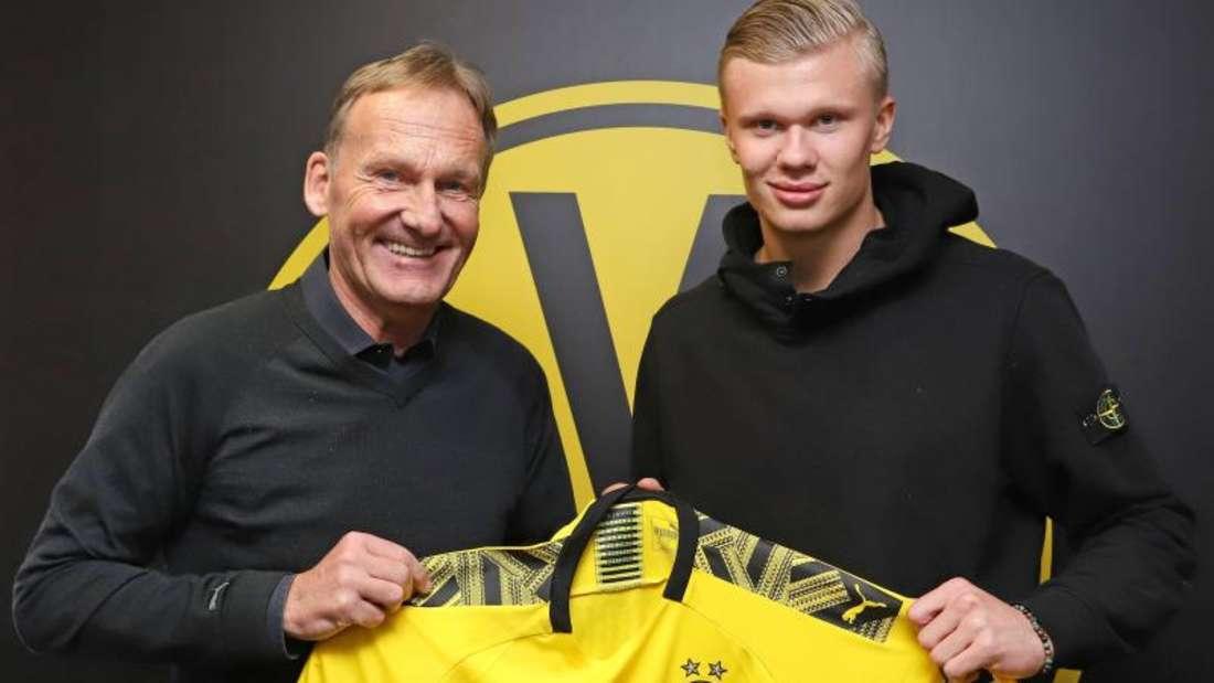BVB-Boss Hans-Joachim Watzke übergibt Neuzugang Erling Haaland das Trikot von Borussia Dortmund. Foto: Joel Kunz/BVB Medien/dpa