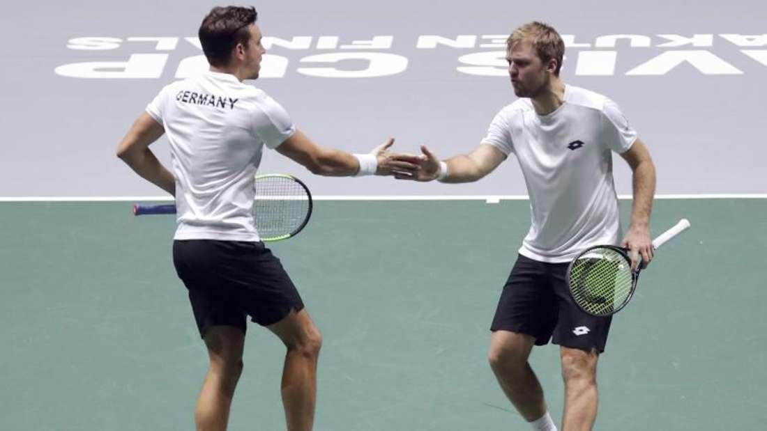 «Bei Tinder.» Tennisspieler Kevin Krawietz (r) im Scherz auf die Frage, wie er und sein Doppelpartner Andreas Mies sich kennengelernt haben. Foto: Manu Fernandez/AP/dpa