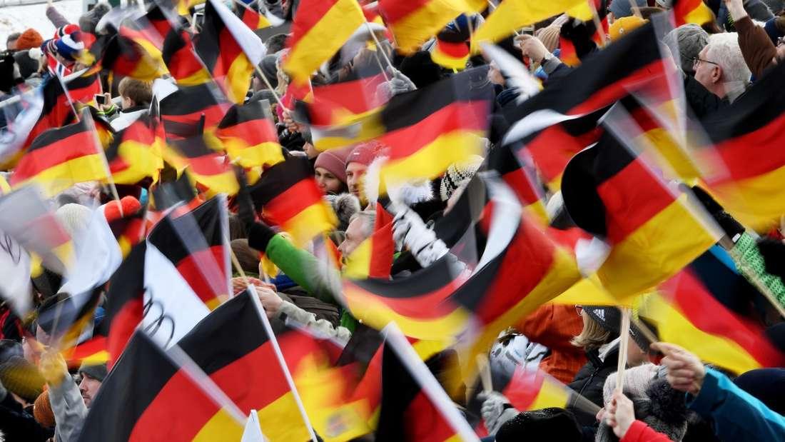 Springen in Garmisch: Schwarz-Rot-Gold dominiert auch heute in Garmisch-Partenkirchen. Die Vierschanzentournee begeistert die Massen.