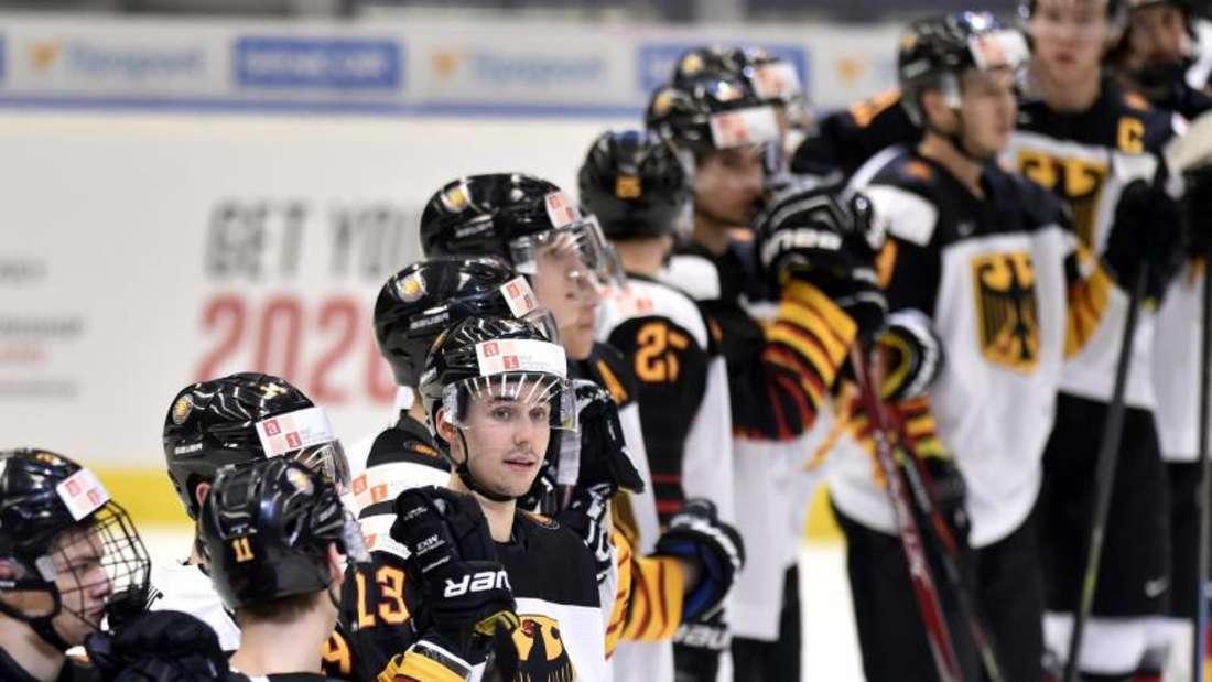 Die deutschen Spieler sind nach der Niederlage betrübt. Foto: Jaroslav Ožana/CTK/dpa