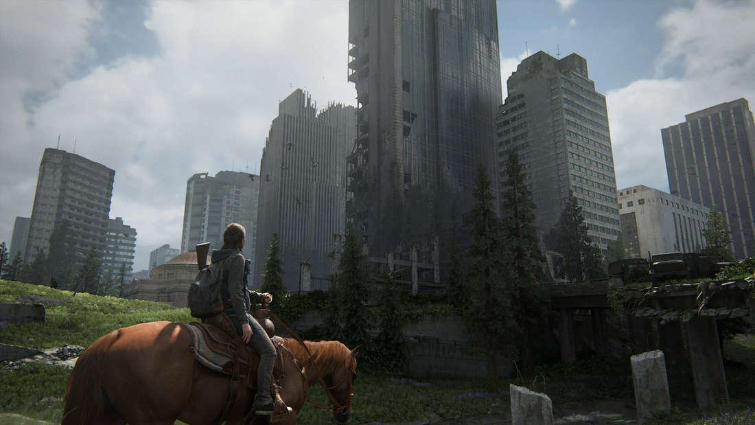 """Fünf Jahre nach den Ereignissen von """"The Last of Us"""", schlüpfen Spieler in """"The Last of Us Part 2"""" wieder in die Rolle von Ellie. Mittlerweile haben sich Ellie und Joel in Jackson, Wymoning niedergelassen. Doch ein Unglück reißt Ellie aus der Idylle."""