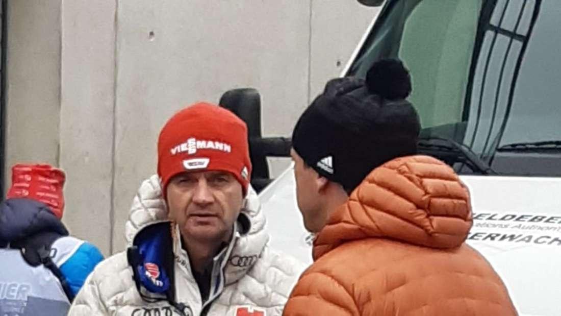 Qualifikation in Innsbruck: Mit seinem Nachfolger Stefan Horngacher (links) tauscht sich Schuster vor der Qualifikation hier in Innsbruck noch aus.
