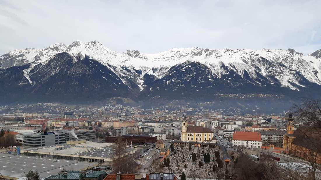 Vierschanzentournee: Die Kulisse hier in Innsbruck ist atemberaubend. Auch das Wetter spielt mit, es ist trocken und nahezu windstill.