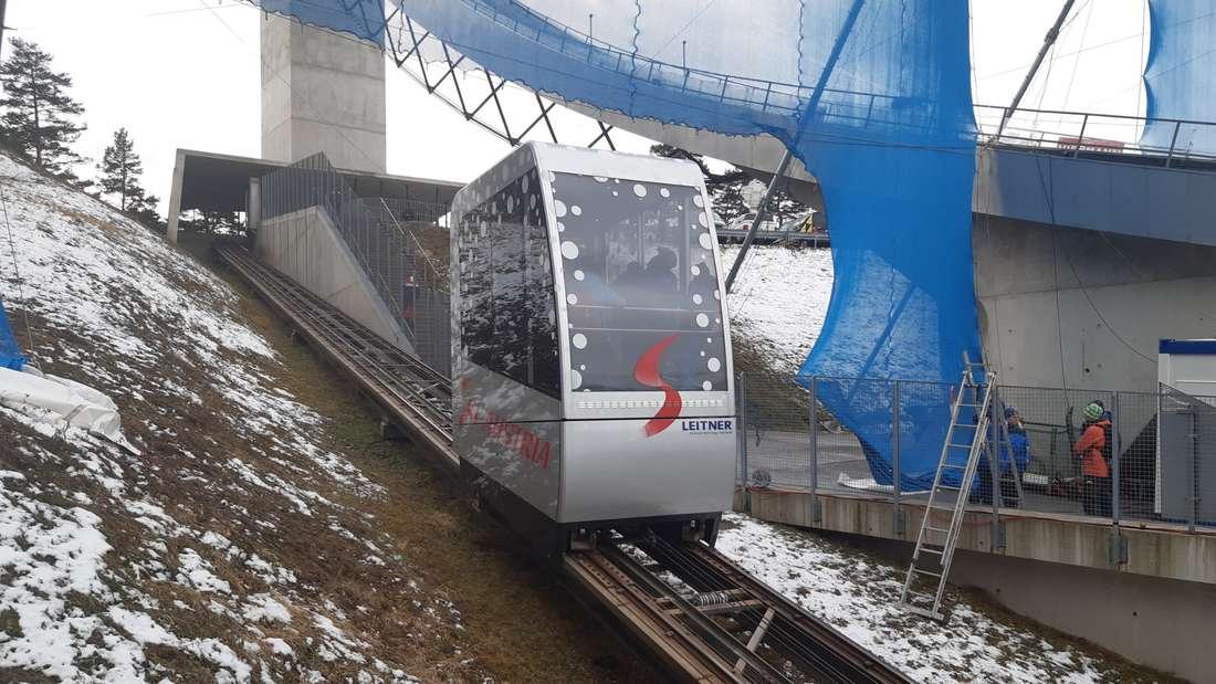 Spezieller Service für die Athleten: Mit diesem Lift werden die Springer auf den Sprungturm transportiert.