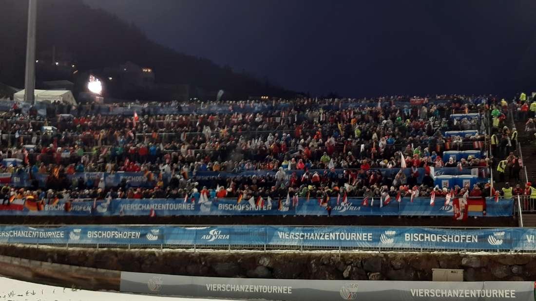 Vierschanzentournee: Die Fans fiebern dem 1. Durchgang entgegen. Super Stimmung hier in Bischofshofen.
