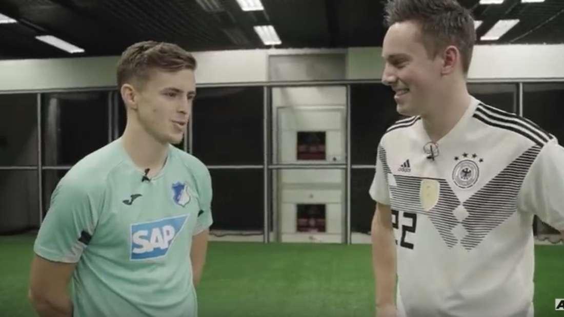YouTuber Manuel Thiele (re.) misst sich mit Hoffenheim-Profi Christoph Baumgartner.