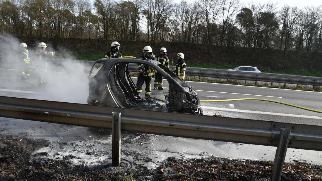 Auf der A5 steht ein Smart in Flammen und muss gelöscht werden.
