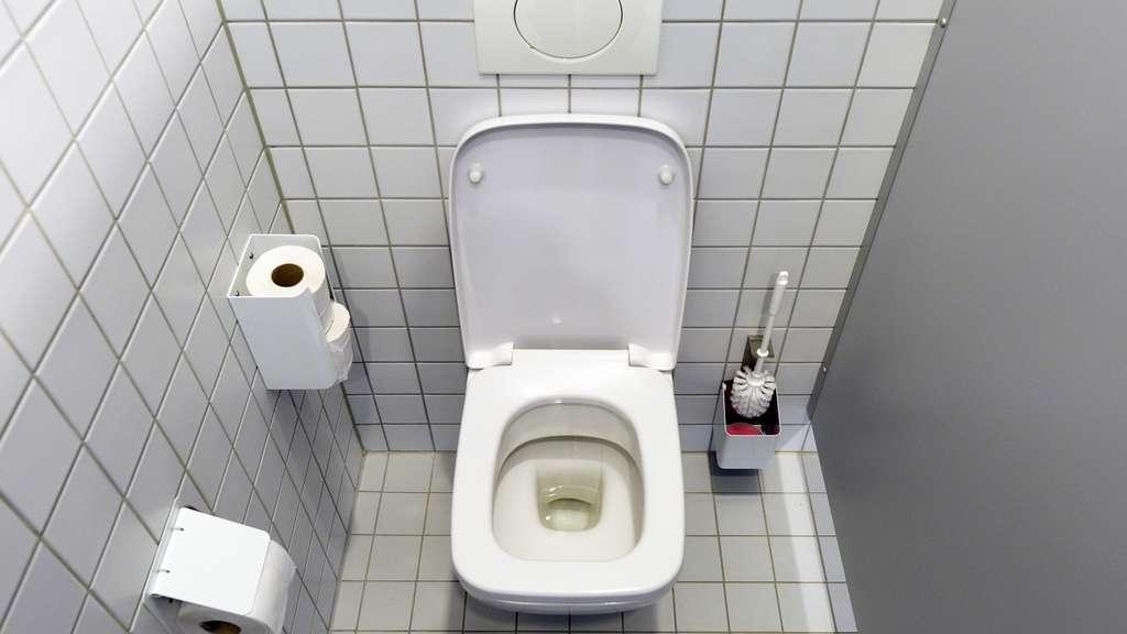 Auf der Toilette in der Firma gefickt
