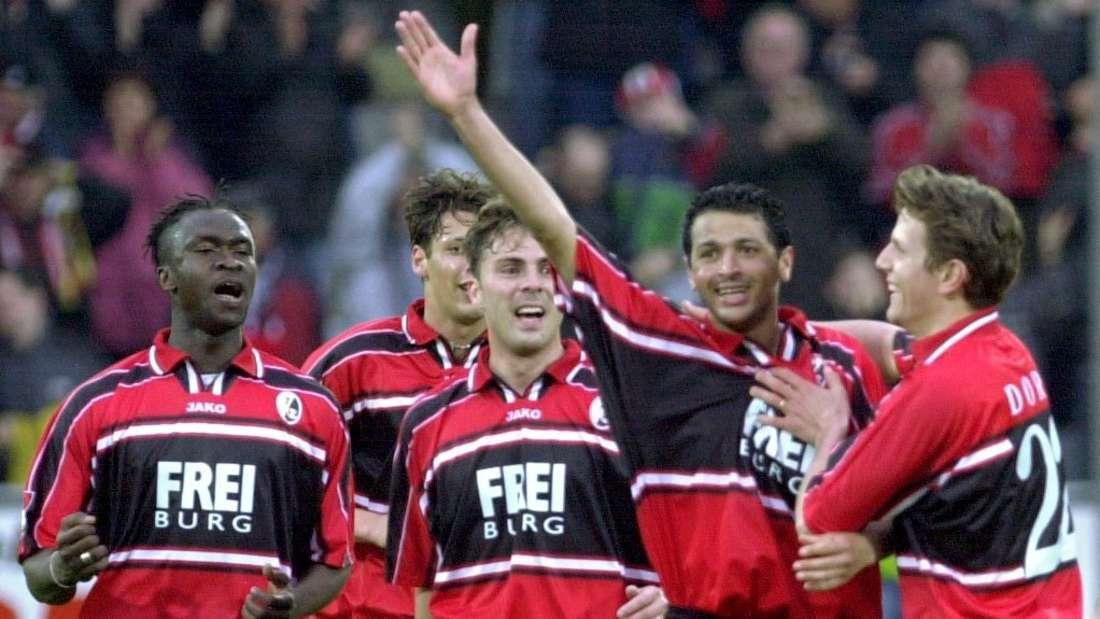 Der SC Freiburg stürmt 2001 in den UEFA-Pokal.