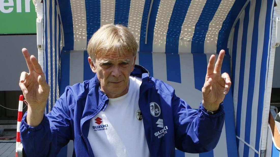 Erfolgscoach Volker Finke in seinem legendären Strandkorb, der am Spielfeldrand stand.