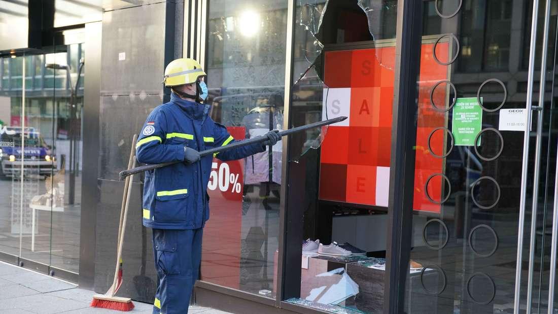 Ein Mitarbeiter vom THW hilft nach den schweren Ausschreitungen in der Nacht zum Sonntag beim Aufräumen und Absichern der beschädigten Geschäfte.