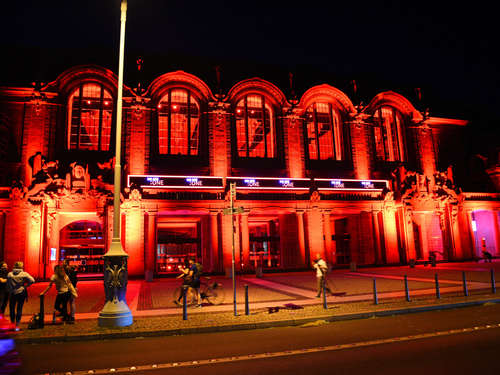 """Night of Light"": Gebäude strahlen in Rot – Aktion hat ernsten Hintergrund"