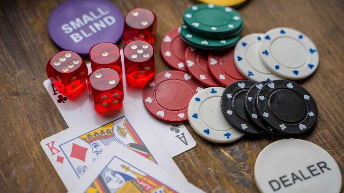 Auch Portale, die online Pokerspiele mit Echtgeldeinsatz anbieten, unterliegen dem neuen Glücksspielstaatsvertrag.