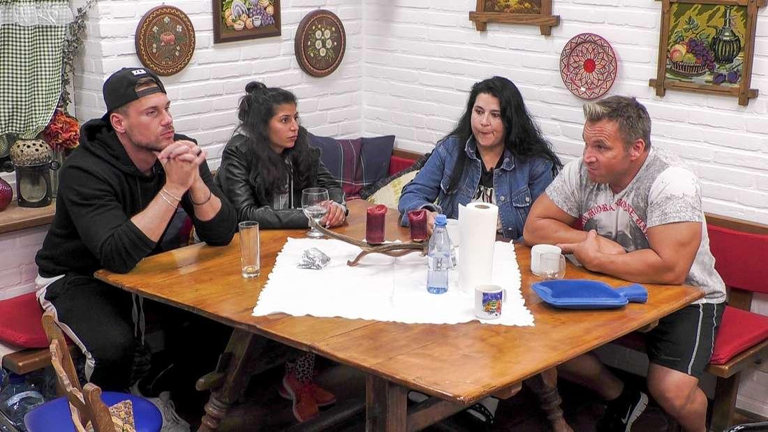 """Die """"Sommerhaus der Stars""""-Kandidaten sitzen um den Küchentisch."""