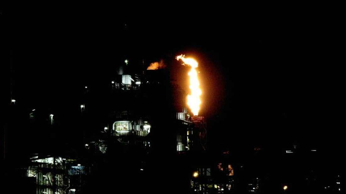 Ein Leuchten in der Nacht: Die Fackel des Steamcrackers im Werksteil Nord der BASF
