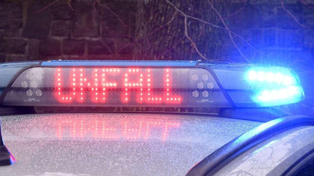 Die Leuchtschrift «Unfall» ist auf dem Dach eines Streifenwagens der Polizei zu sehen.