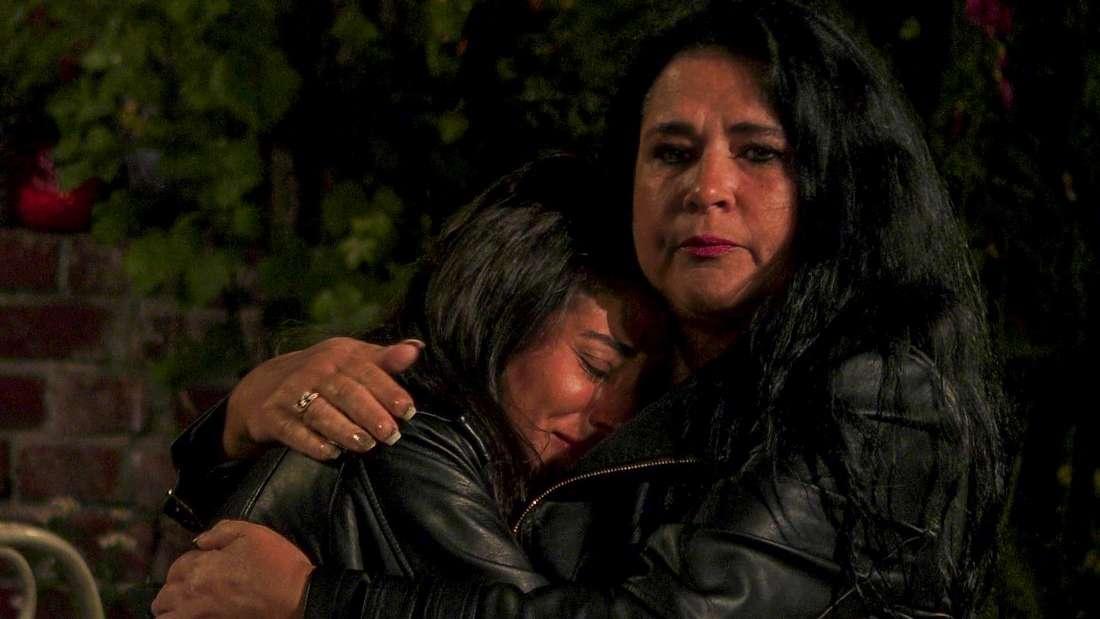 """Iris Klein tröstete Eva Benetatou im """"Sommerhaus der Stars"""" und nimmt sie in den Arm."""