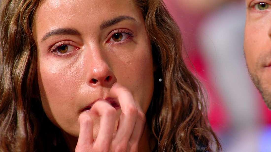 Jennifer Lange schaut nachdenklich und hat Tränen in den Augen
