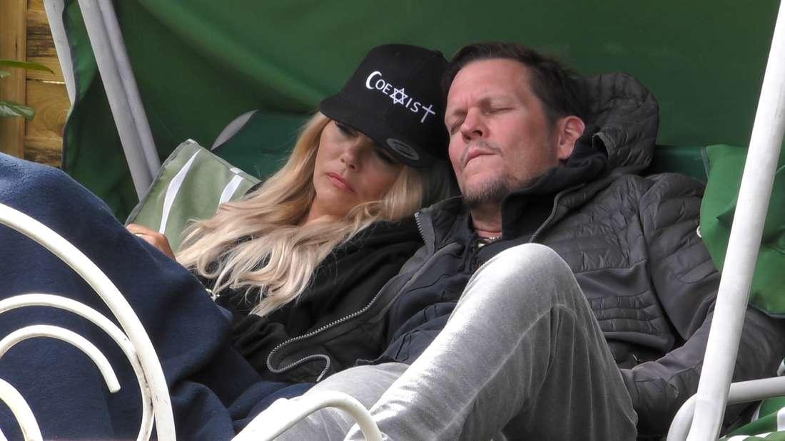 Diana und Michael sitzen auf der Hollywood-Schaukel im Garten des Sommerhaus.