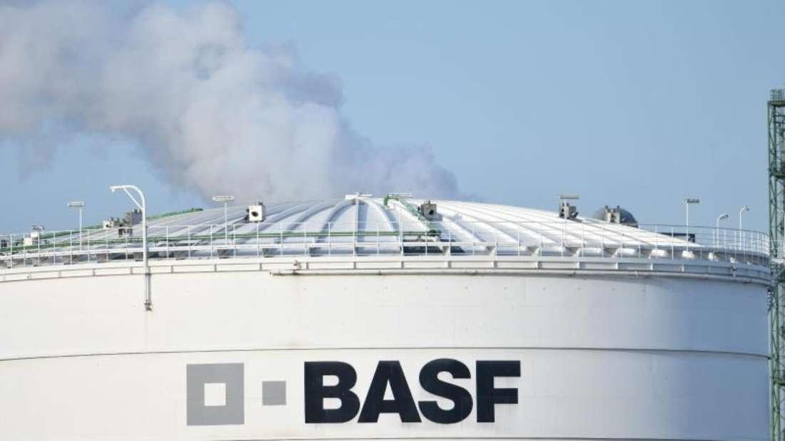 Das Logo des Chemiekonzerns BASF ist auf einer Industrieanlage auf dem Werksgelände in Ludwigshafen angebracht. Foto: Uwe Anspach/dpa
