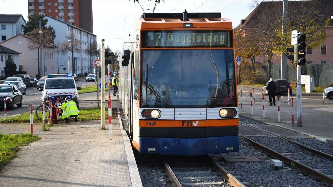 Eine Straßenbahn der Linie 7 hat am 14. November in Mannheim-Feudenheim eine Fahrradfahrerin erfasst und tödlich verletzt.