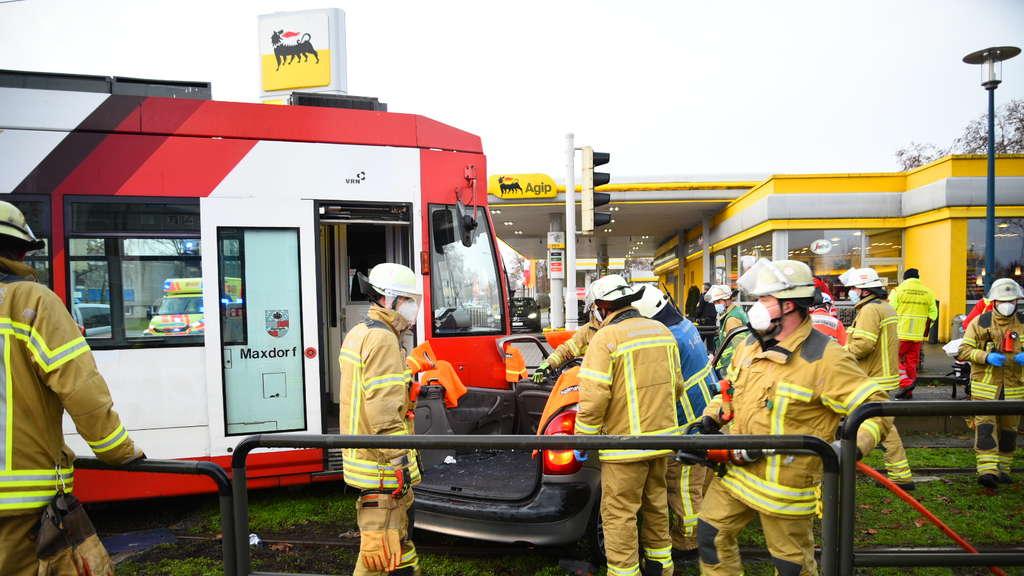 Mannheim: Straßenbahn nach schwerem Unfall entgleist ...