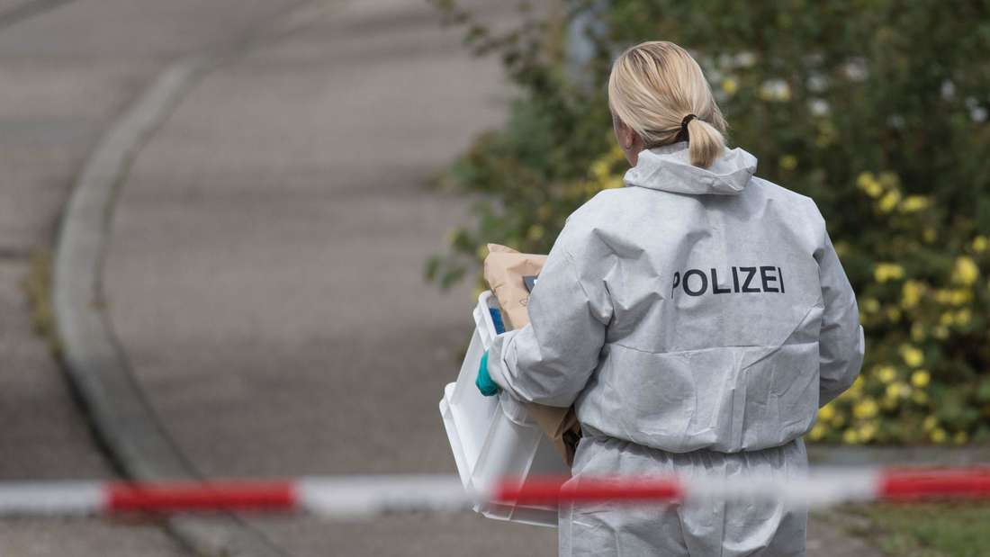 Eine Beamtin der Spurensicherung bei der Arbeit (Symbolfoto)