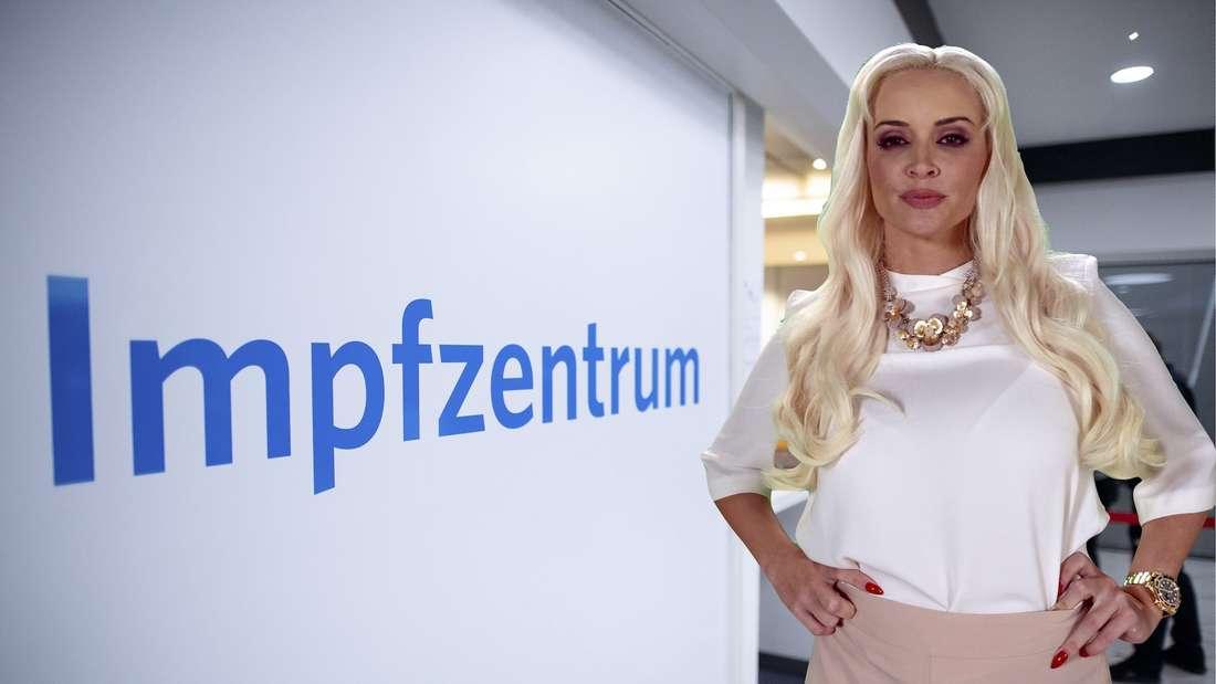 Daniela Katzenberger steht in einem Impfzentrum. (Fotomontage)