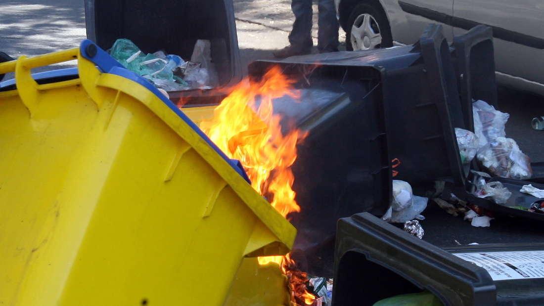 Eine brennende Mülltonne. (Symbolfoto)