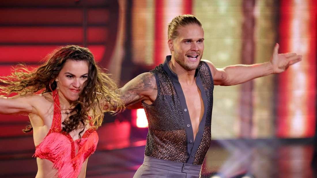 Rúrik Gíslason (r.) und seine Tanzpartnerin Renata Lusin (li.) bei Let's Dance.