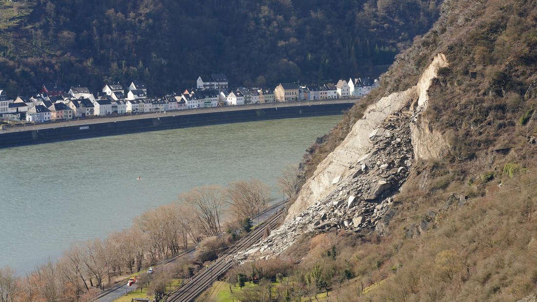 Ein Erdrutsch an einem Berghang blockiert eine Bahnstrecke.