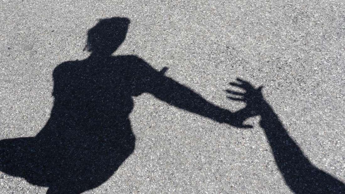 Ein 13-jähriges Mädchen soll in Ludwigshafen das Opfer eines sexuellen Übergriffs durch zwei Männer geworden sein. (Symbolfoto)