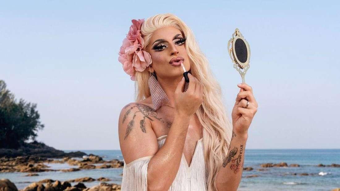 Die extravagante Dragqueen Katy Bähm hat jede Menge auffällige Outfits im Gepäck.