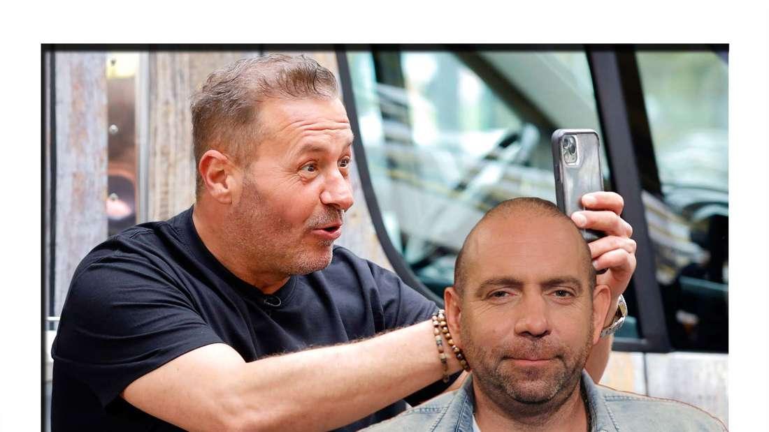 Fotomontage: Willi Herren fotografiert mit einem Handy, davor Ikke Hüftgold (Fotomontage)