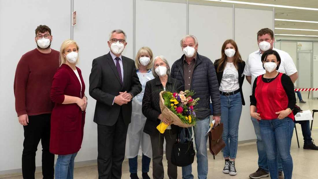 Landrat Stefan Dallinger (3.v.l.) beglückwünscht Gisela Braun (5.vl.) aus Birkenfeld. Gemeinsam mit der Gesundheitsdezernentin des Rhein-Neckar-Kreises, Doreen Kuss (2.v.l.), überreichte er der 76-Jährigen als Dank für ihre Bereitschaft, sich impfen zu lassen, einen Blumenstrauß.