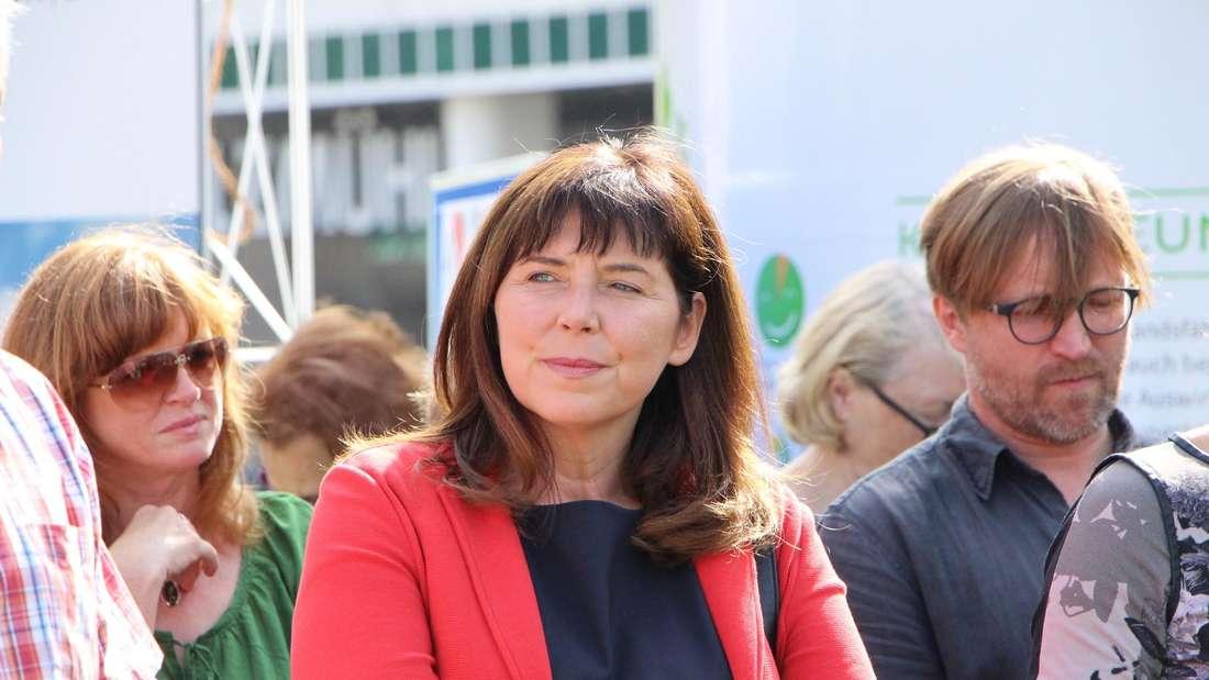 Ludwigshafens OB Jutta Steinruck (SPD, Mitte)rechtfertigt die Erhöhung der Bußgelder für Umweltverschmutzungen. (Archivfoto)
