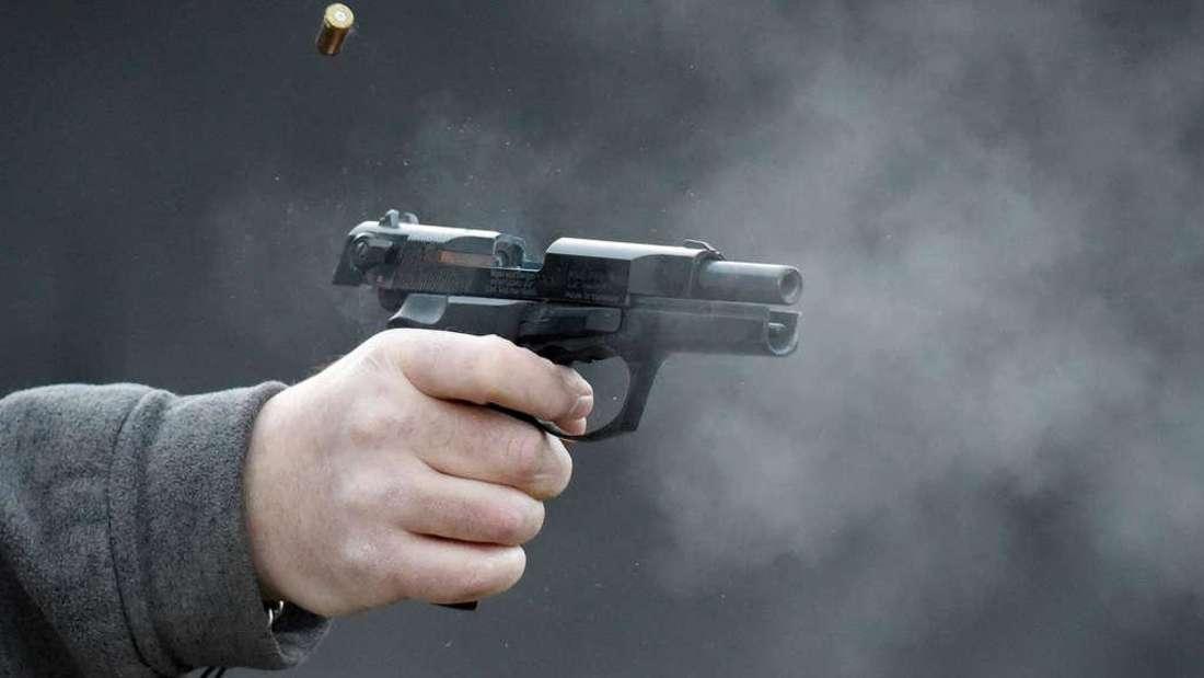 Mit einer Schreckschusspistole schießt ein falscher Polizist auf ein Auto. (Symbolfoto)