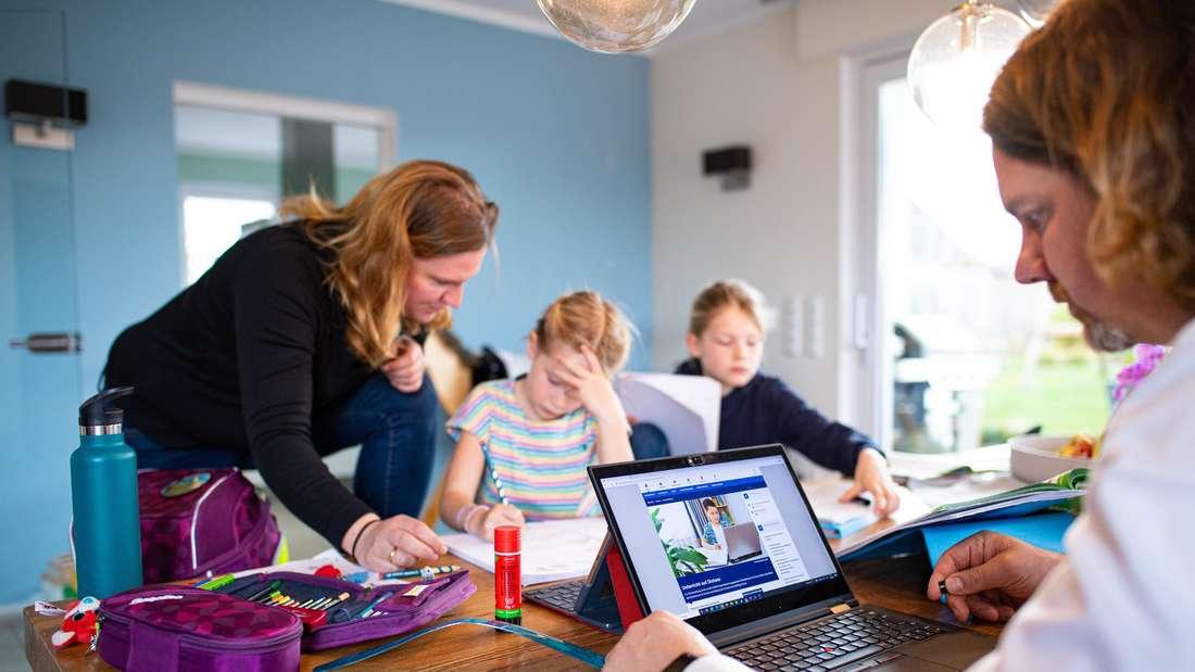 Eltern helfen ihren Kindern beim Lernen des Unterrichtsstoffs zu Hause.