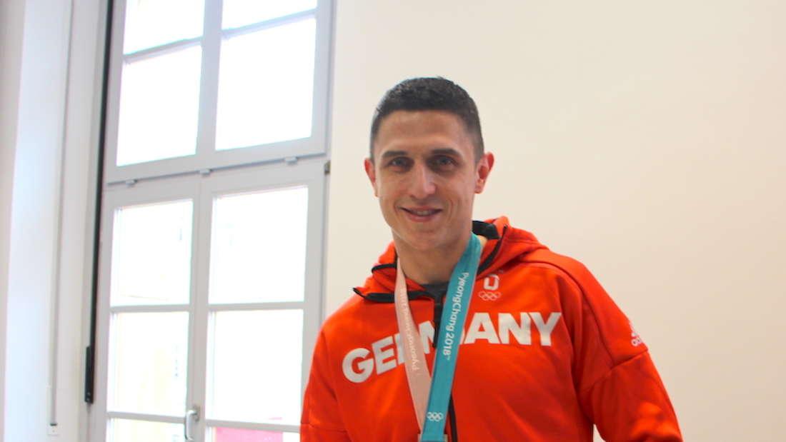 Marcel Goc 2018 mit seiner Silbermedaille im Mannheimer Rathaus.