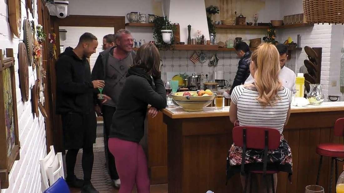 """Küche des """"Sommerhaus der Stars"""" 2020 und einige Teilnehmer:innen"""