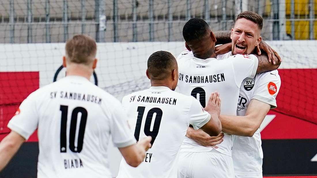 Der SV Sandhausen jubelt gegen SSV Jahn Regensburg.