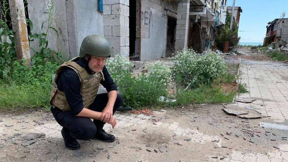Robert Habeck Ende Mai in der Ukraine - hier in einem seit 2015 verlassenen Dorf unweit von Mariupol