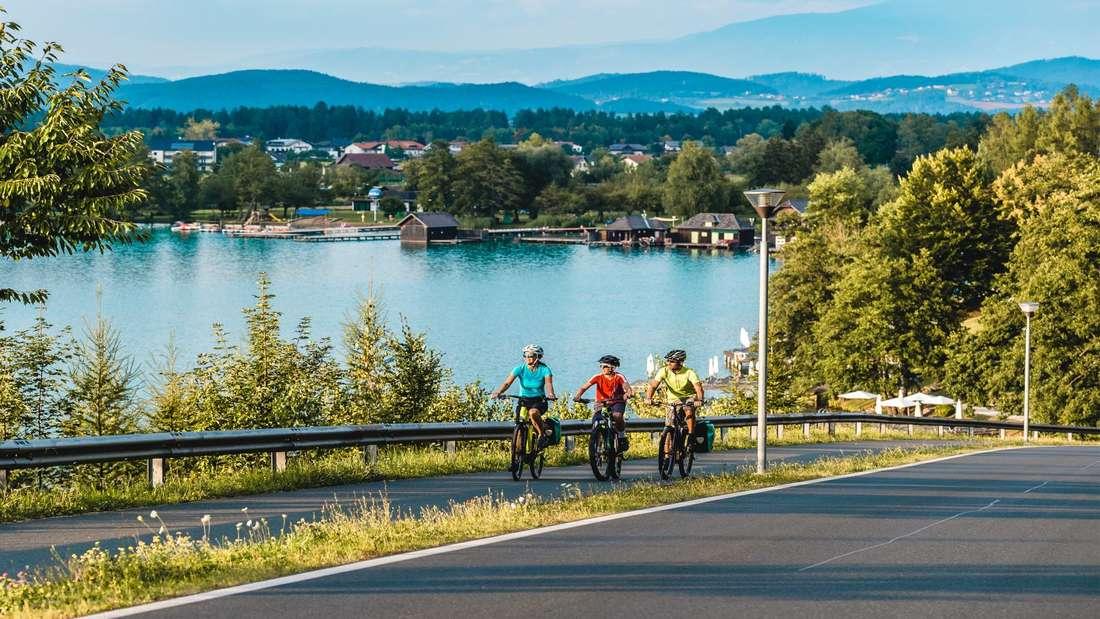 Radfahrer am Klopeiner See in Kärnten.